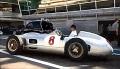 Lewis Hamilton i Stirling Moss jeżdżą klasycznymi bolidami Mercedesa na torze Monza