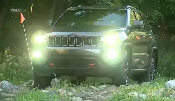 Jeep Grand Cherokee Trailhawk w klipie z jazd w terenie